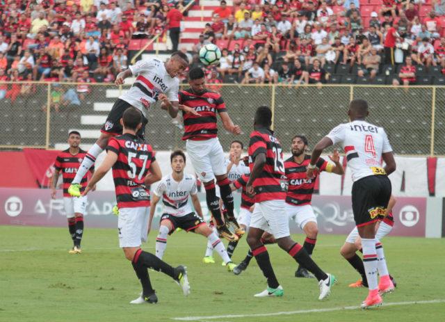 Calvário no Barradão: Vitória perde por 2 a 1 para São Paulo