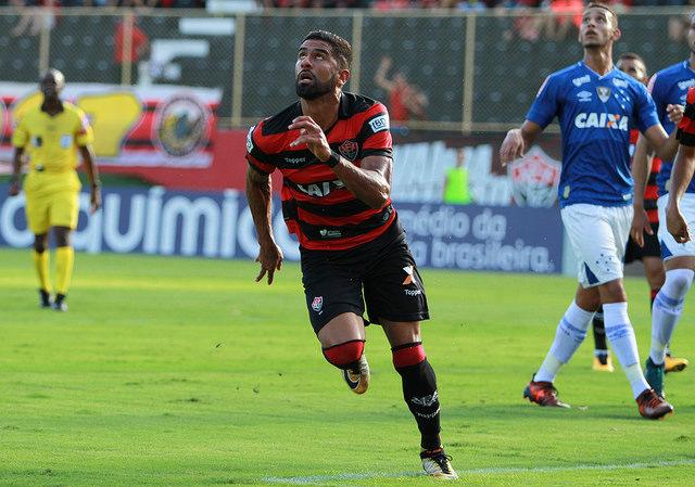 Com voltas de Arrascaeta e Alisson, Cruzeiro enfrenta o Vitória em Salvador