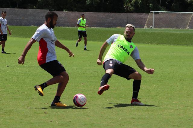Atlético-MG supera Vitória e conquista primeira no Brasileiro